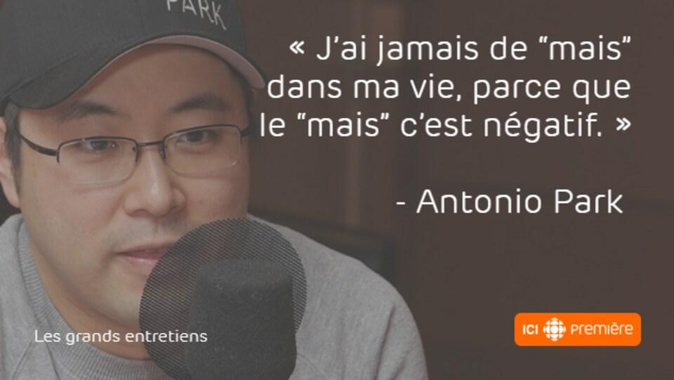 """Montage du visage d'Antonio Park au micro de Radio-Canada, accompagné de la citation : « J'ai jamais de """"mais"""" dans ma vie, parce que le """"mais"""" c'est négatif. »"""