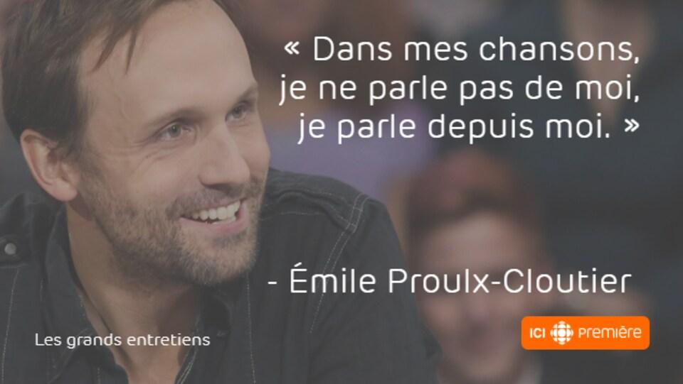 Montage du visage d'Émile Proulx-Cloutier accompagné de la citation : « Dans mes chansons, je ne parle pas de moi, je parle depuis moi. »