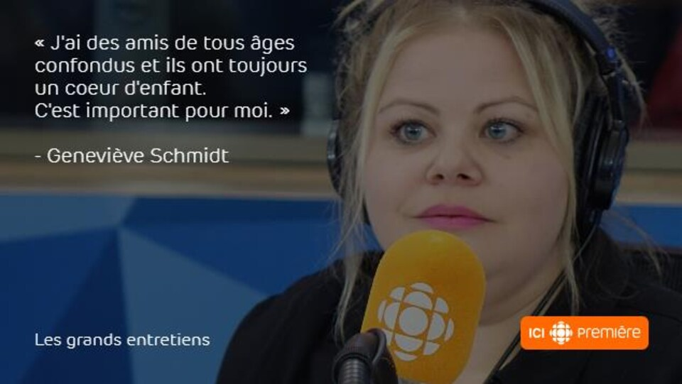 Montage du visage de Geneviève Schmidt au micro de Radio-Canada, accompagné de la citation : « J'ai des amis de tous âges confondus et ils ont toujours un cœur d'enfant. C'est important pour moi. »