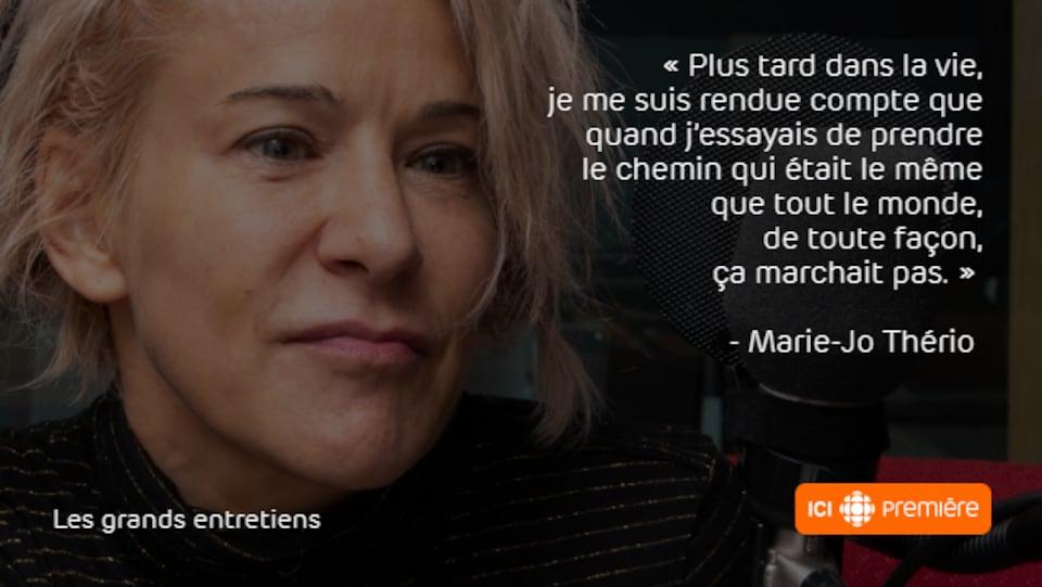 Montage du visage de Marie-Jo Thério au micro de Radio-Canada, accompagné de la citation : « Plus tard dans la vie, je me suis rendue compte que quand j'essayais de prendre le chemin qui était le même que tout le monde, de toute façon, ça ne marchait pas. »