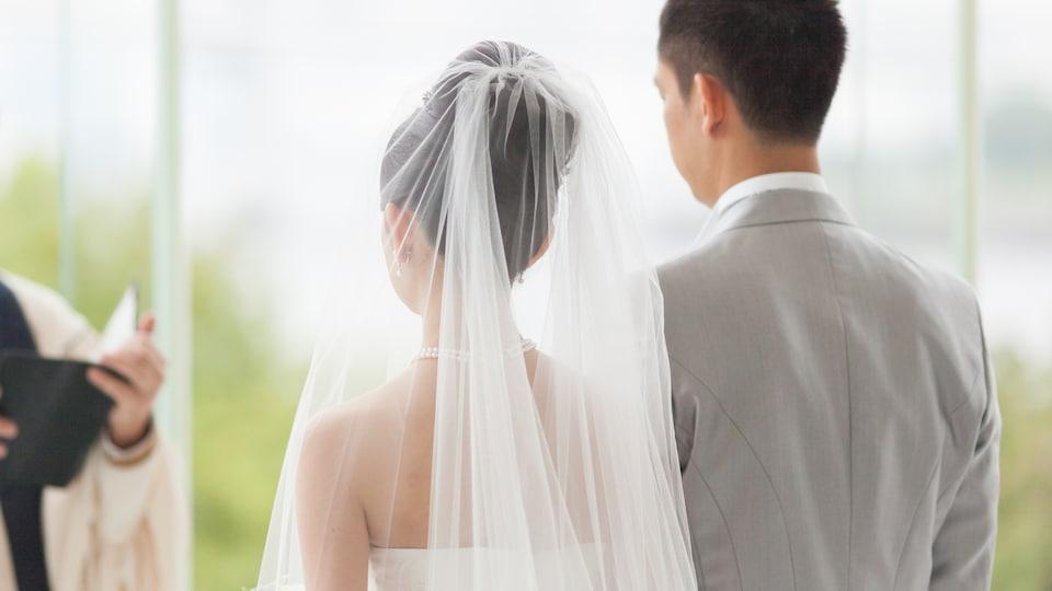 Un couple se marie.