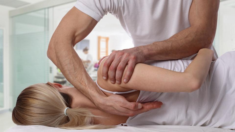 Un ostéopathe prodigue des soins à une femme.