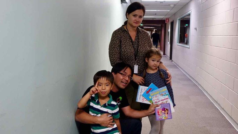 La jeune Bella Devyatkina (à droite) est entourée de sa mère et de Tetsu Yung, l'organisateur du Festival de langues de Montréal