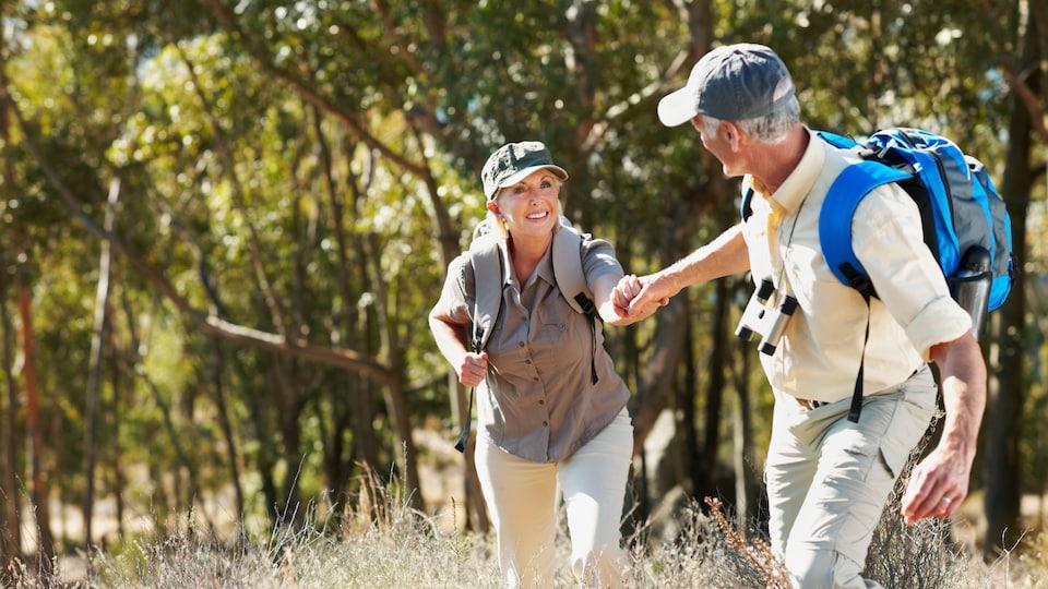 Un couple de retraités fait de la randonnée.