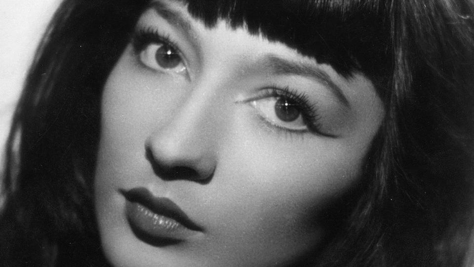 Portrait de la femme qui regarde devant elle.