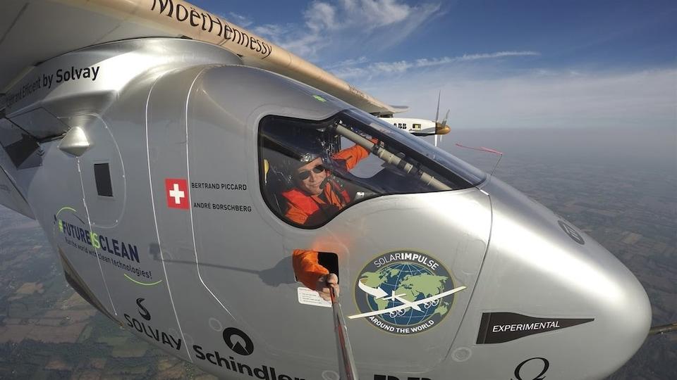 Un avion dans les airs.