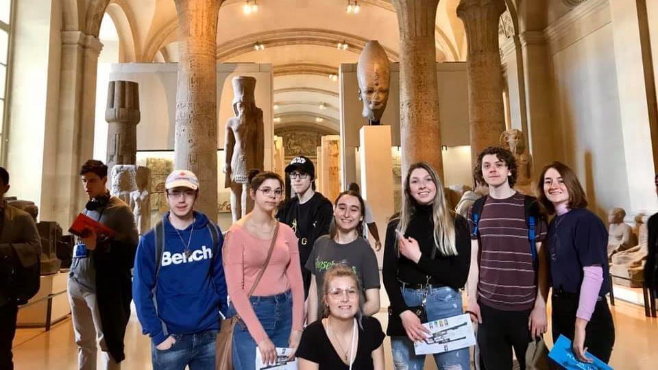 Des étudiants dans un musée