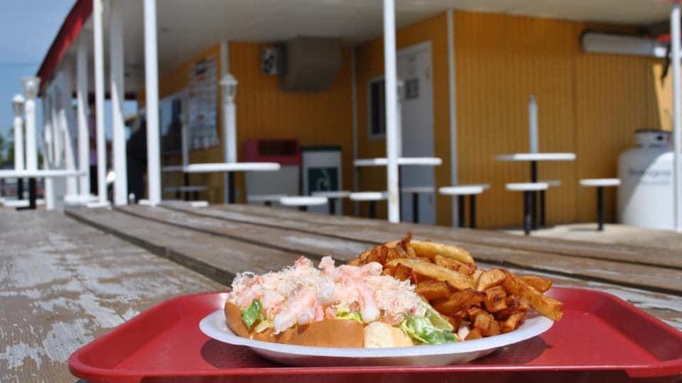 Une guedille au crabe sur une table de la cantine La bonne franquette à Forestville, sur la Côte-Nord.
