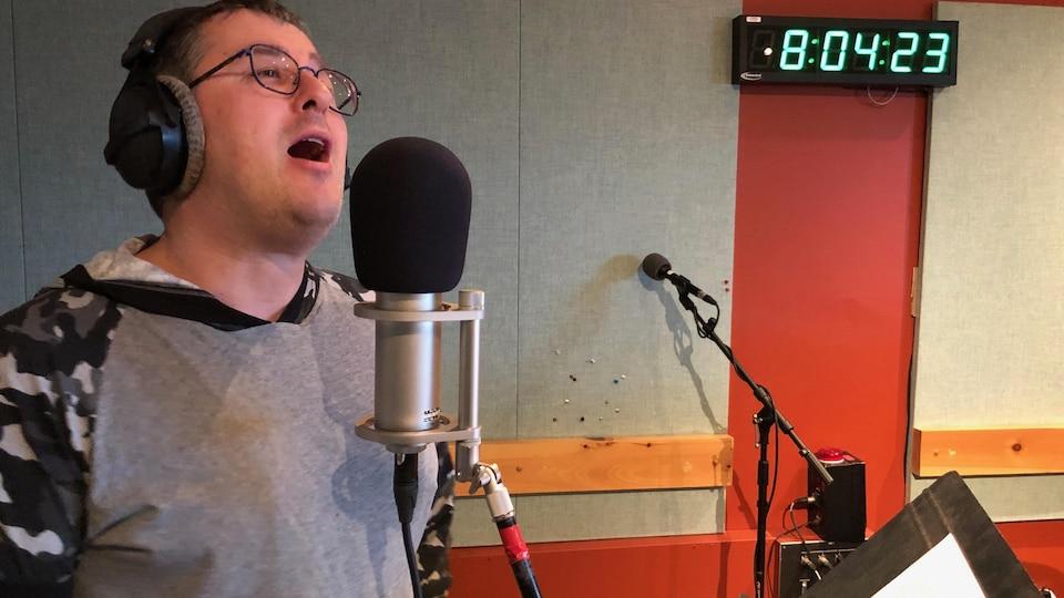 Le chanteur Guy Porlier à l'oeuvre lors de la Guignolée des médias 2019
