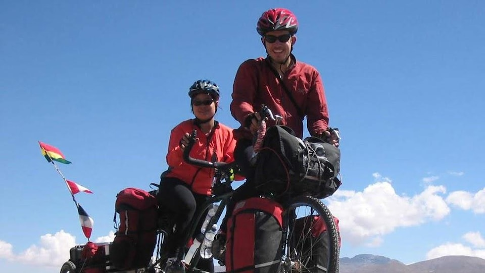 Tania Lo et Gwendal Castellan sur un vélo tandem sur le Salar de Uyuni en Bolivie à 4000m d'altitude.