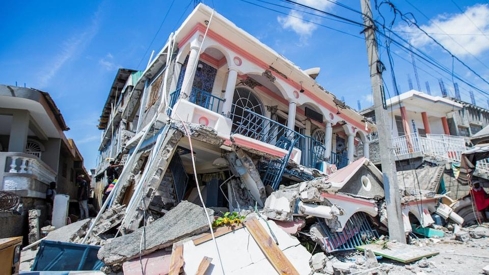 Une maison effondrée dans la ville de Les Cayes, en Haïti.