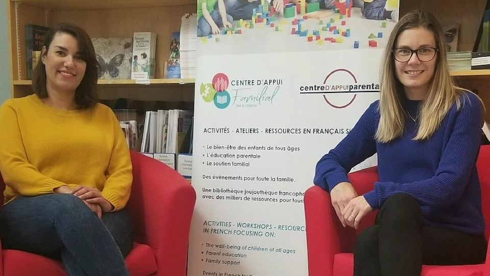 Mouna Gasmi et Amélie Leblanc assise sur des fauteuils au centre.