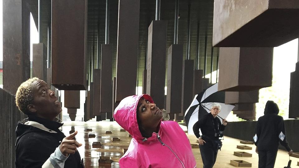 Deux visiteurs au mémorial de Montgomery, en Alabama, aux États-Unis.