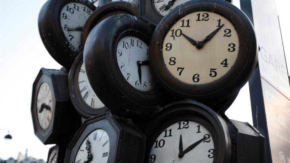 Une sculpture d'horloges à Paris.