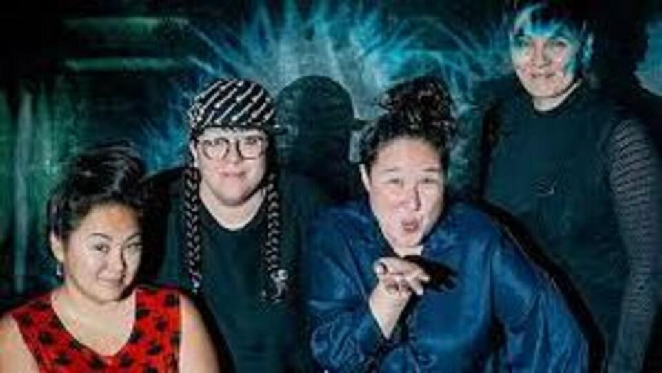 Quatre femmes du collectif d'art contemporain Ikumagialiit de femmes du nord.