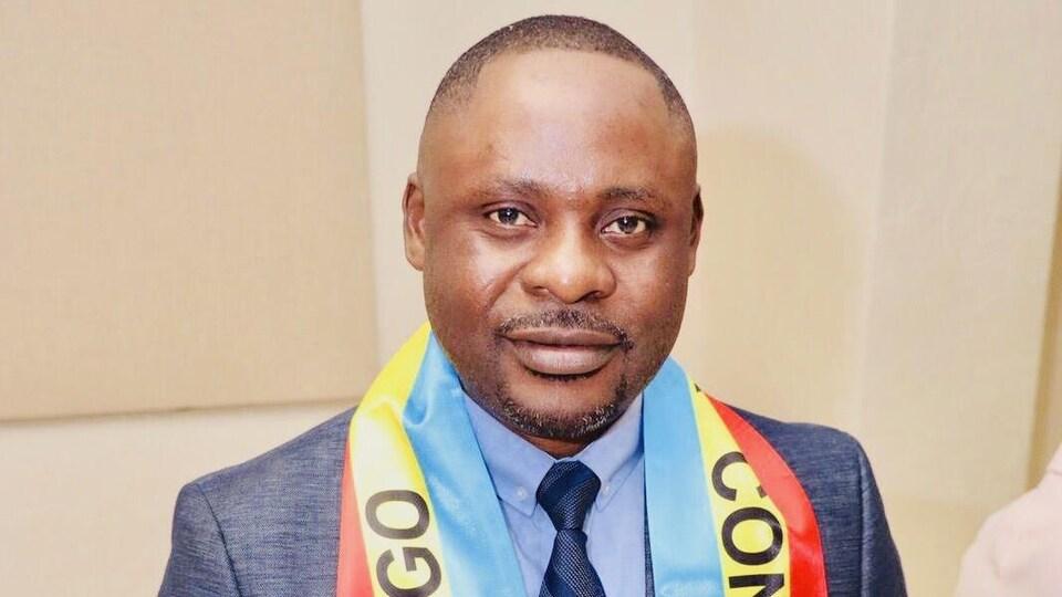 Jean-Jacques Somwe porte un foulard à l'effigie de la République Démocratique du Congo