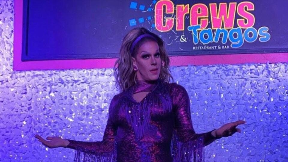 La drag queen Jezebel Bardot sur la scène du  bar Crews & Tangos de Toronto.