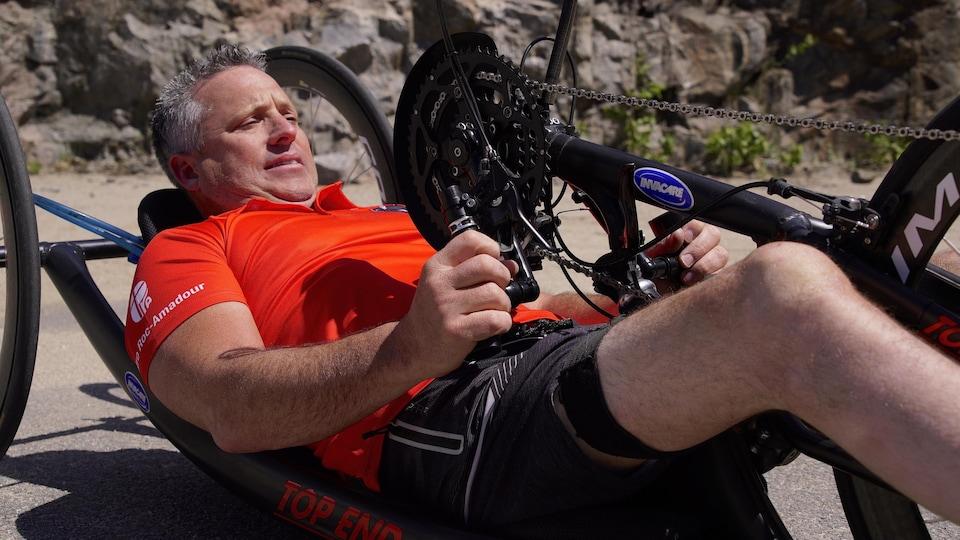 Jimmy Pelletier est allongé pour se servir d'un vélo à main.