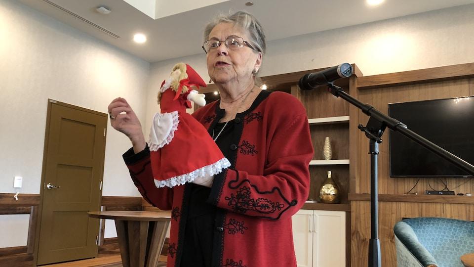 Marguerite Maillet avec sa poupée magique.