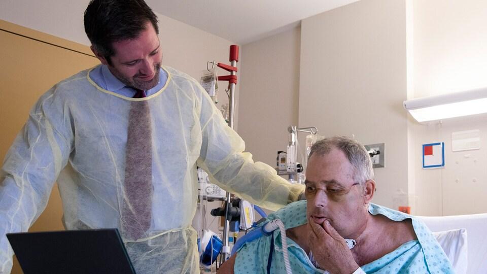 Maurice devant un miroir accompagné de son médecin traitant, le Dr Daniel Borsuk