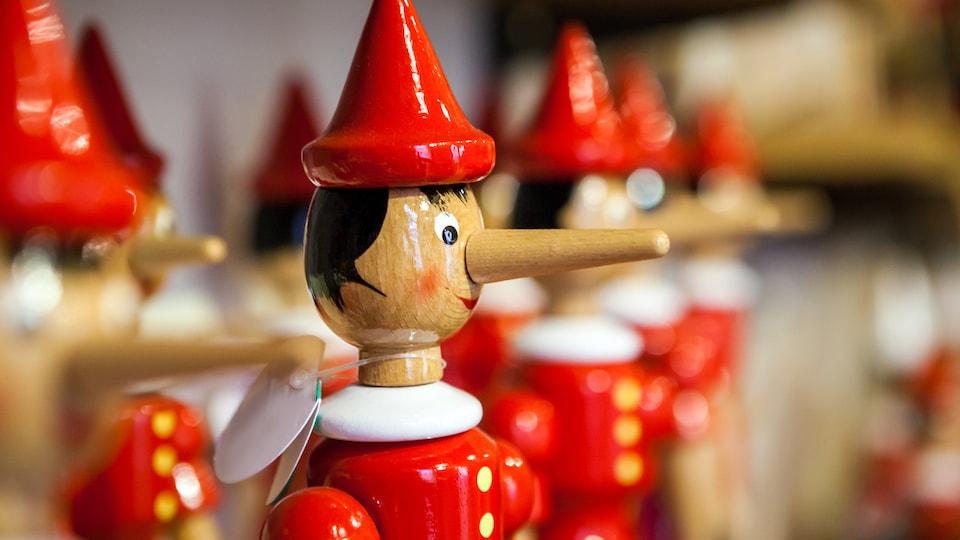 Jouet en forme de Pinocchio, le pantin dont le nez allongeait chaque fois qu'il mentait.