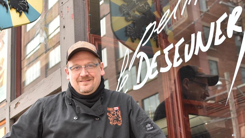Le chef Johan Maes devant son restaurant Le Petit Déjeuner.