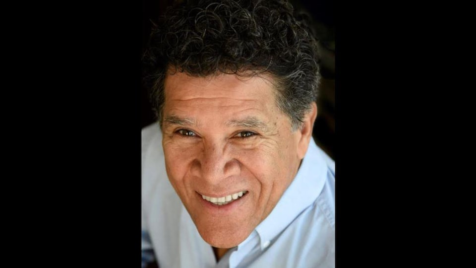 Portrait de Gabriel Osson, souriant