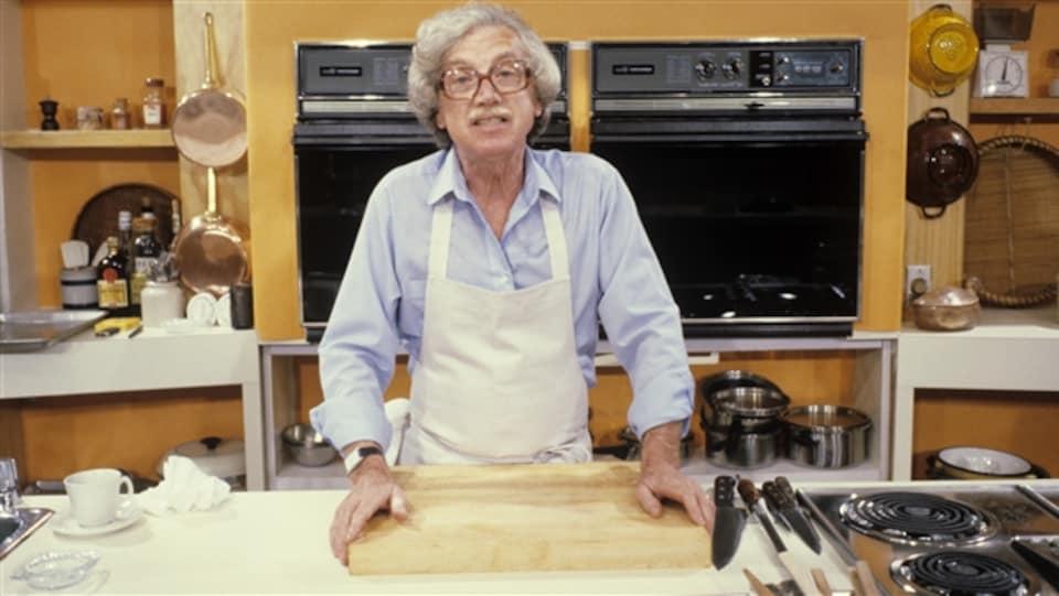 Dans une cuisine-laboratoire, l'animateur et chef cuisinier Henri Bernard.