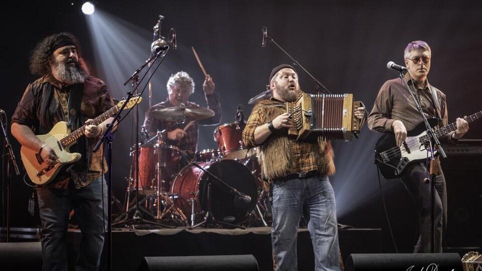 Les quatre musiciens de la formation Hey Wow sur scène.