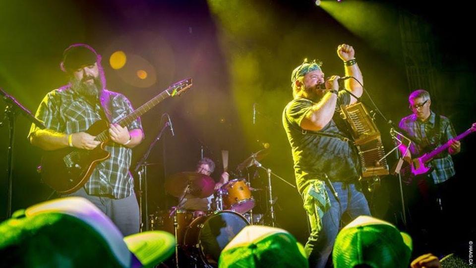 Le groupe Hey, Wow en spectacle sur scène.