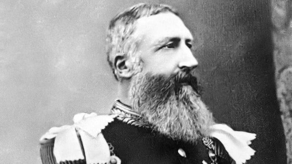 Le roi des Belges Léopold II regarde de côté.