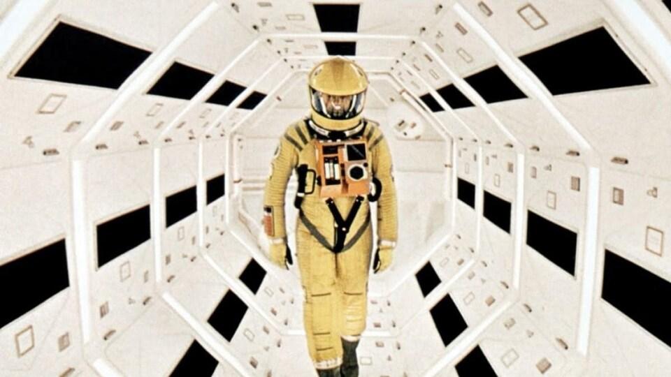 Un homme marche dans un vaisseau imaginé par Stanley Kubrick.