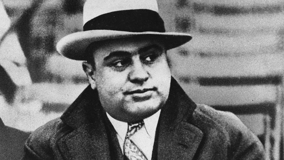 Le gangster de Chicago Al Capone porte un manteau et un chapeau.