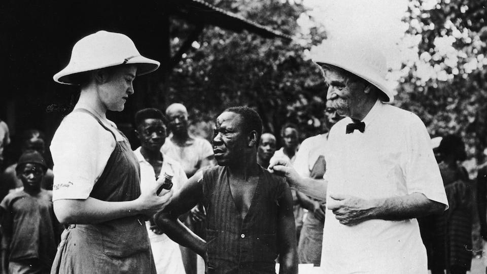 Albert Schweitzer supervise la vaccination d'un patient à Lambaréné, au Gabon.