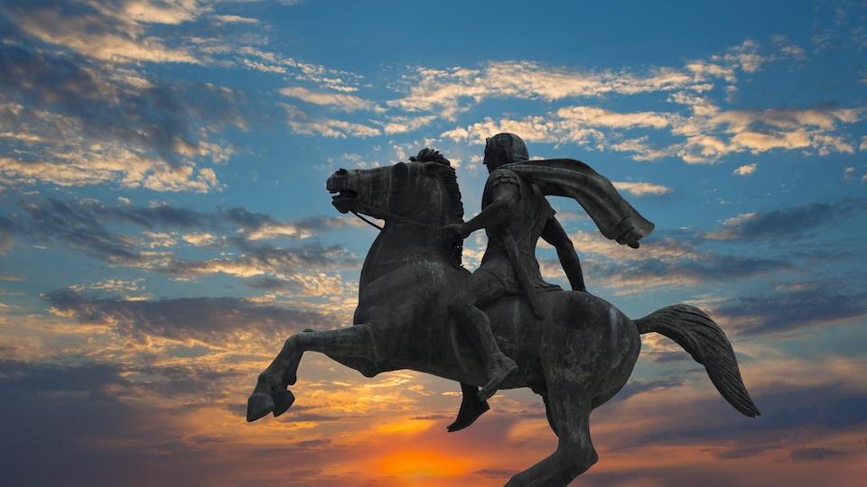 Vue en contre-plongée de la statue d'Alexandre le Grand à Thessalonique, en Grèce, au soleil couchant.