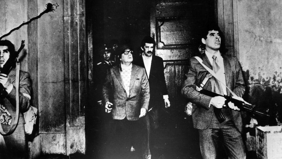 Des gardes armés entourent le président chilien Salvador Allende.