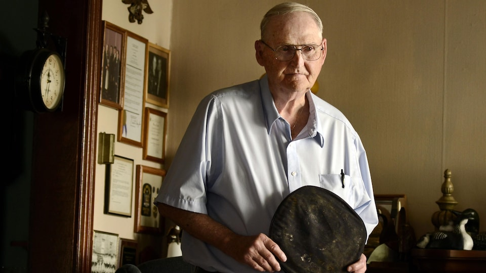 Un ancien gardien à la prison d'Attica montre la casquette qu'il portait lors des émeutes de septembre 1971.
