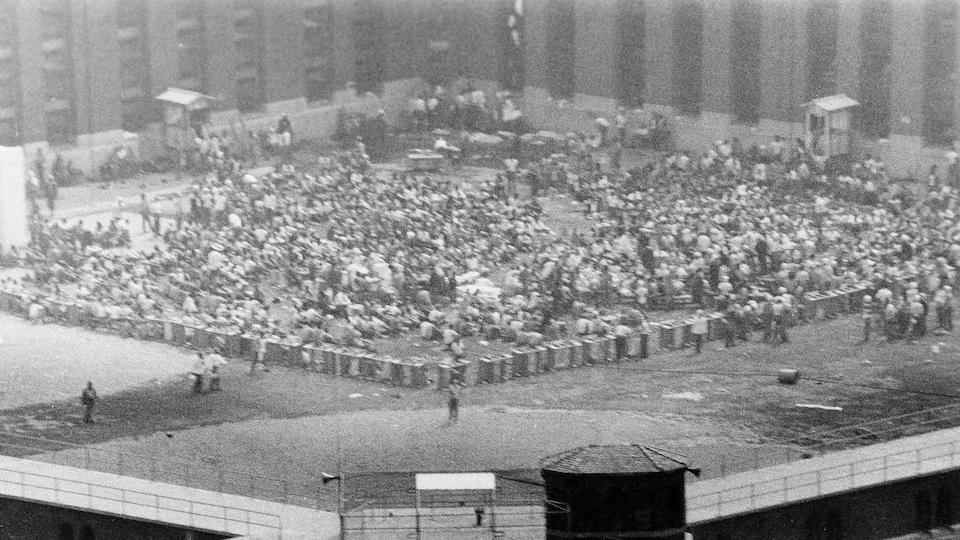 La cour du bloc D durant les émeutes de la prison d'Attica, en 1971.