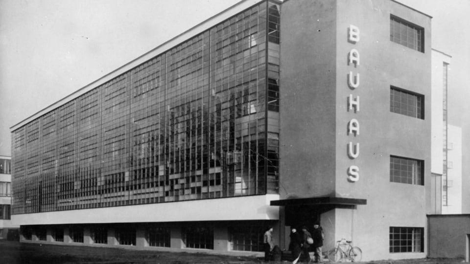 Extérieur de l'école Bauhaus à Dessau, en Allemagne, 1926.