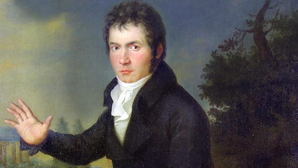 Une toile représente un jeune adulte du 18e siècle, assis, qui tient un instrument à cordes dans une main.
