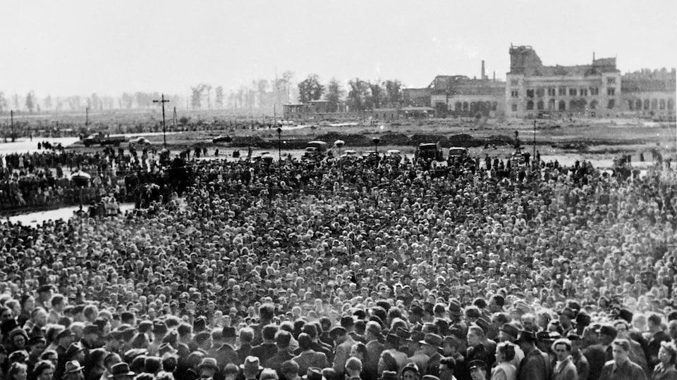 Quelques 250 000 Berlinois ont manifesté devant les ruines du Reichstag, le 26 août 1948, pour protester contre le blocus soviétique.