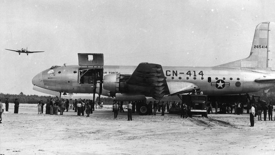 Avion de type Globemaster sur la piste de l'aéroport RAF Gatow après avoir livré des produits de première nécessité à Berlin, le 19 août 1948.
