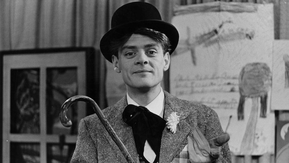 Un jeune Guy Sanche, coiffé d'un chapeau melon et canne à la main, anime la première saison de Bobino en 1957.