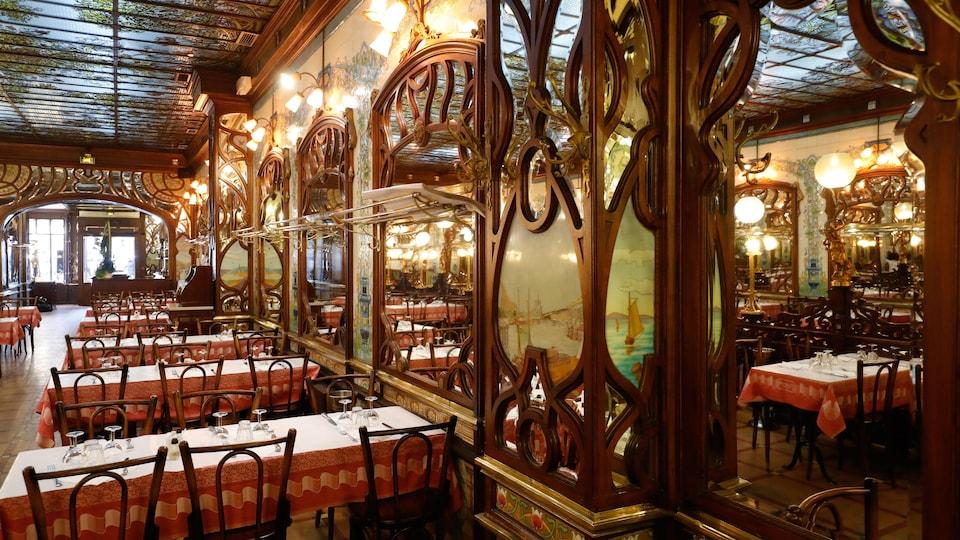 Vue sur la salle à manger vide du bouillon Chartier, à Paris.