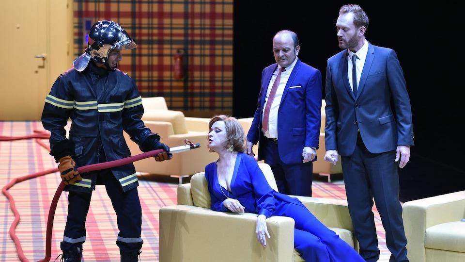 Mounir Margoum, Charlotte Clamens, Georges Bigot et Regis Lux dans une production de La cantatrice chauve.