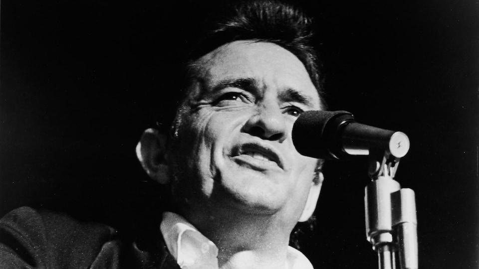 Johnny Cash sur scène. Photo tirée du documentaire Johnny Cash: The Man, His World, His Music (Robert Elfstrom, 1969).