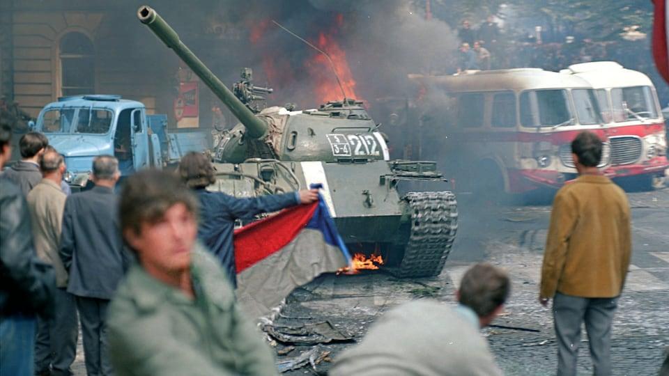 Des Praguois font face à un char d'assaut lors de l'invasion soviétique de la Tchécoslovaquie, en août 1968.