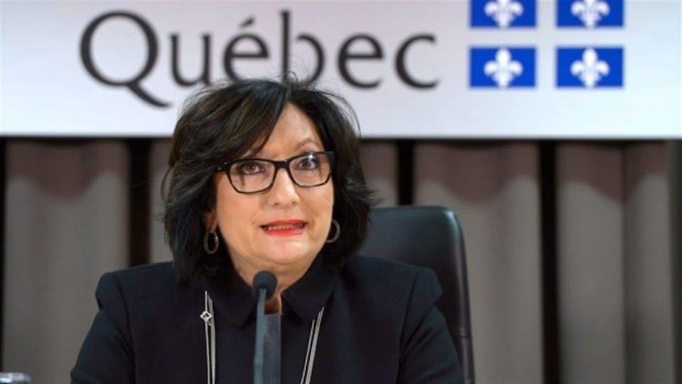 La juge France Charbonneau, devant un micro, dans les locaux de la commission qu'elle a présidé.