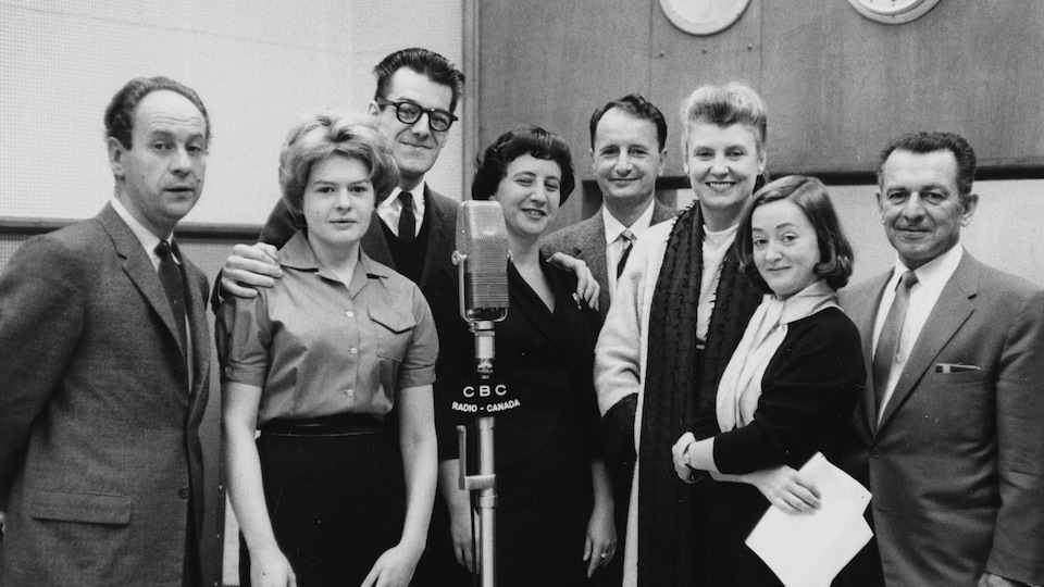 Roland Chenail, Luce Guilbeault, Edgar Fruitier, Rolande Perro, Juan Asllani, Sita Ridez, Gaétane Laniel et Marcel Henry en studio en 1958.