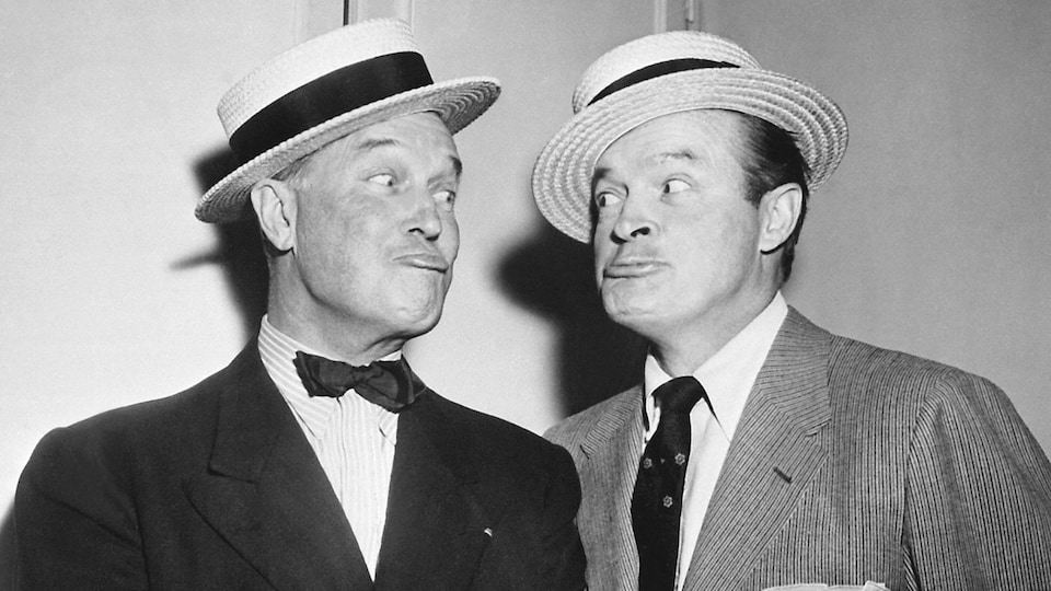 Maurice Chevalier et le comédien américain Bob Hope s'échangent des grimaces.